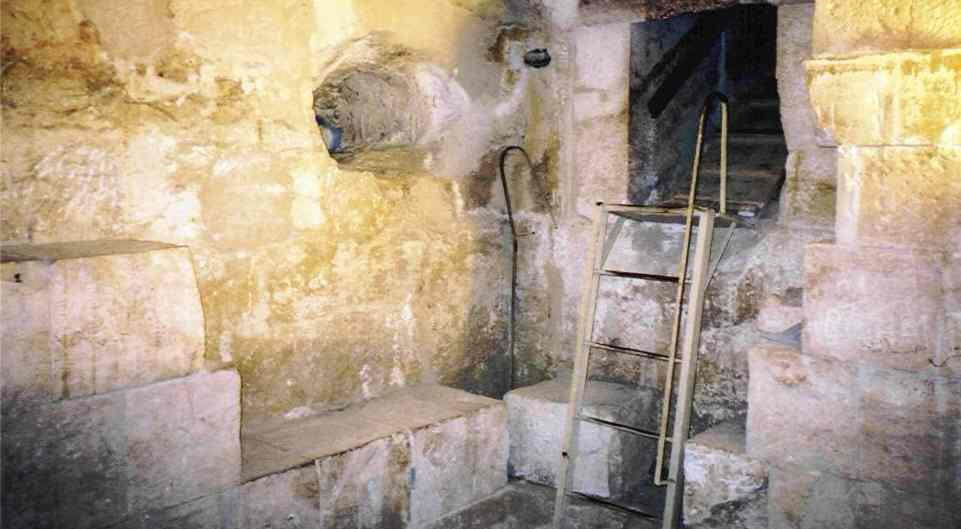 This is the inside of Hetephere's tomb. You can see how steep the entrance passage is. Without the wooden boards on the floor, it would be very difficult to move up and down, when you consider that the passage is only about 90cm high (like the passages in Khufu's pyramid).