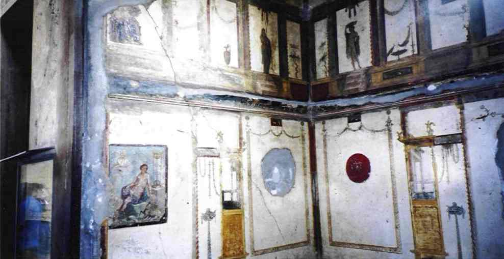 This is a picture showing some of the well preserved murals which decorate many of the buildings of Pompei.